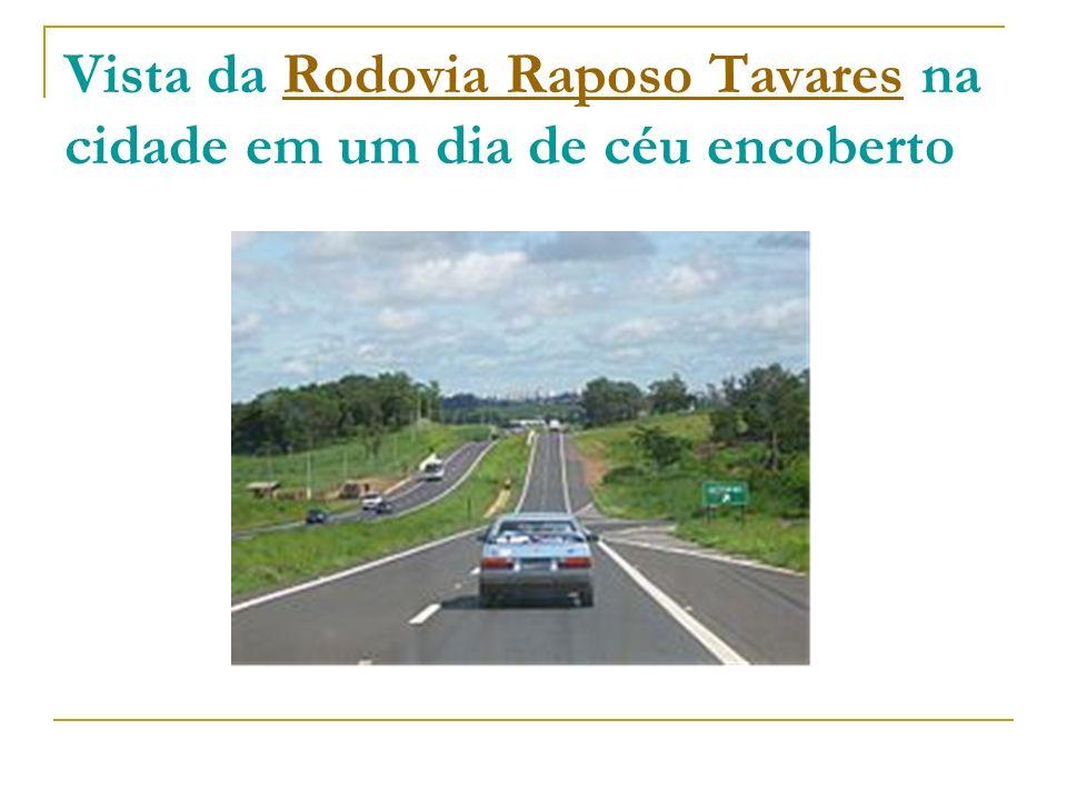 Vista da Rodovia Raposo Tavares na cidade em um dia de céu encoberto