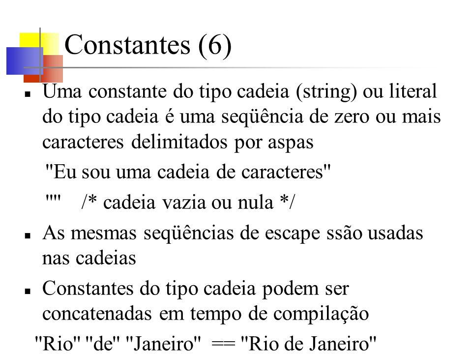 Constantes (6) Uma constante do tipo cadeia (string) ou literal do tipo cadeia é uma seqüência de zero ou mais caracteres delimitados por aspas.