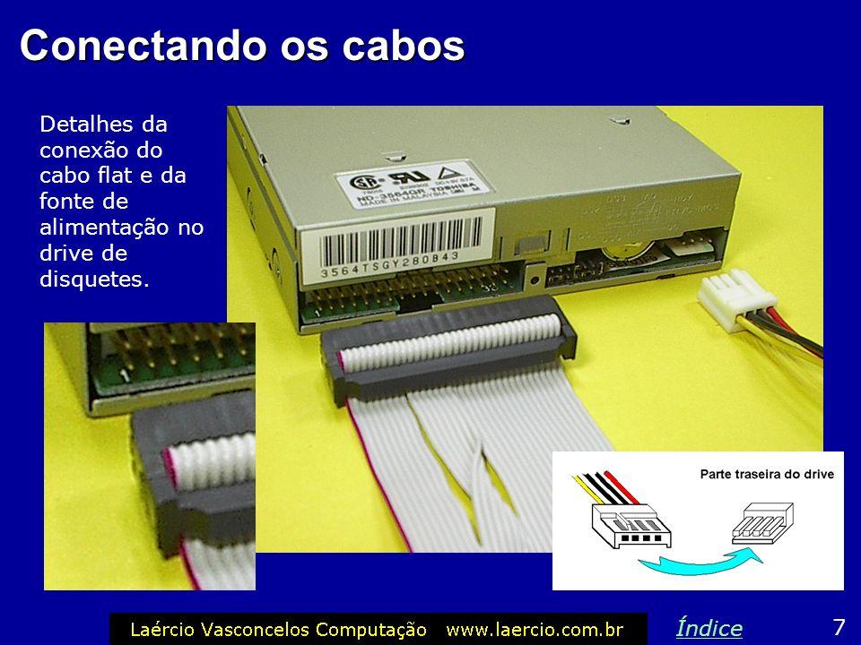 Conectando os cabos Detalhes da conexão do cabo flat e da fonte de alimentação no drive de disquetes.
