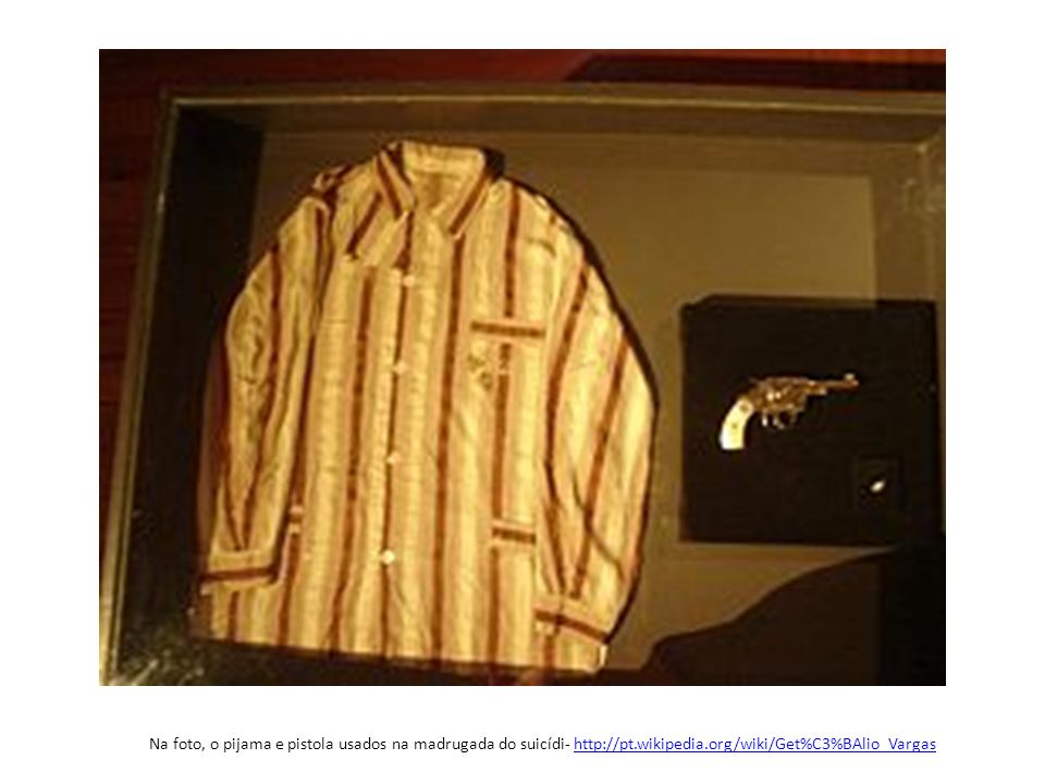 Na foto, o pijama e pistola usados na madrugada do suicídi- http://pt