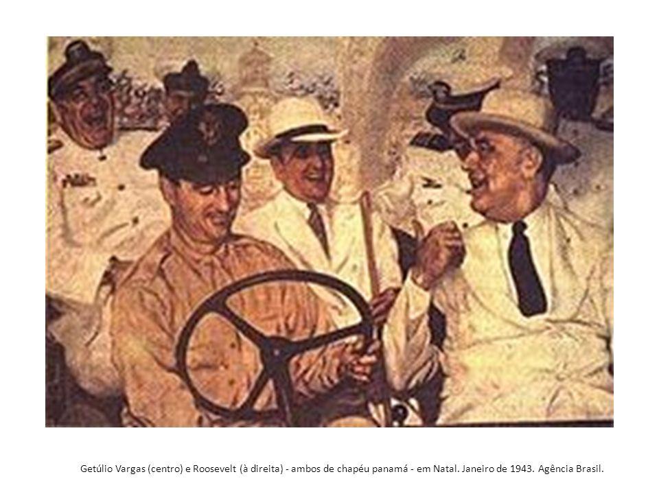 Getúlio Vargas (centro) e Roosevelt (à direita) - ambos de chapéu panamá - em Natal.
