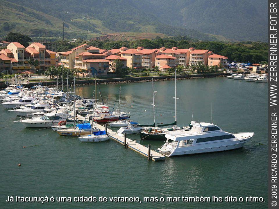 Já Itacuruçá é uma cidade de veraneio, mas o mar também lhe dita o ritmo.
