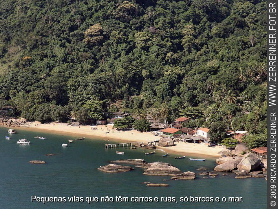 Pequenas vilas que não têm carros e ruas, só barcos e o mar.
