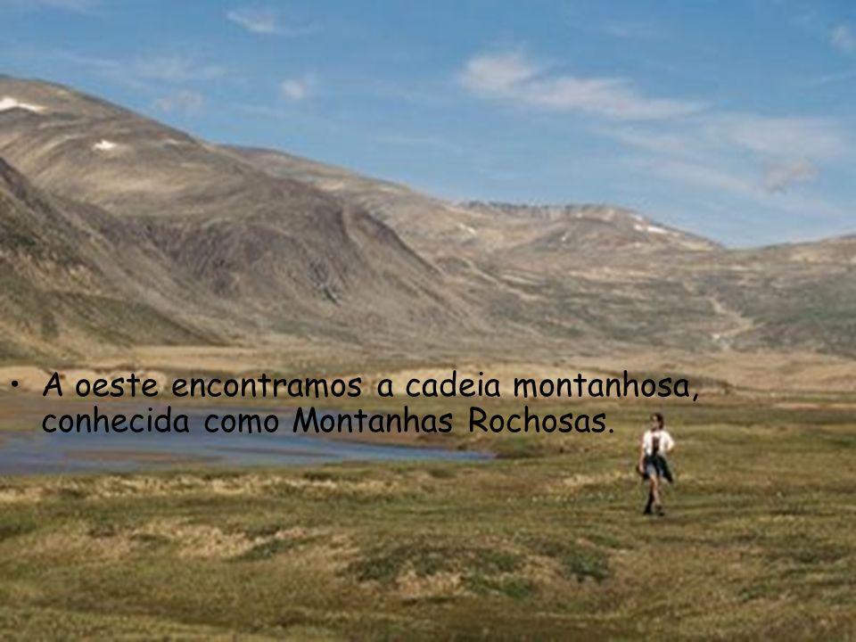 A oeste encontramos a cadeia montanhosa, conhecida como Montanhas Rochosas.