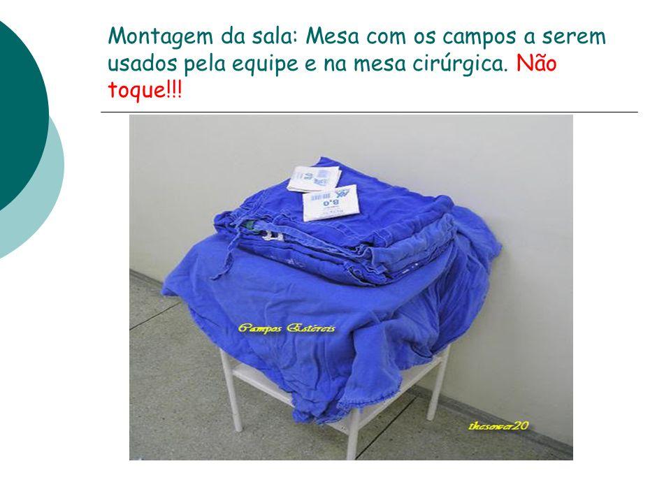 Montagem da sala: Mesa com os campos a serem usados pela equipe e na mesa cirúrgica. Não toque!!!