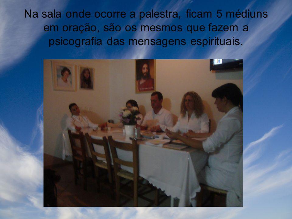 Na sala onde ocorre a palestra, ficam 5 médiuns em oração, são os mesmos que fazem a psicografia das mensagens espirituais.