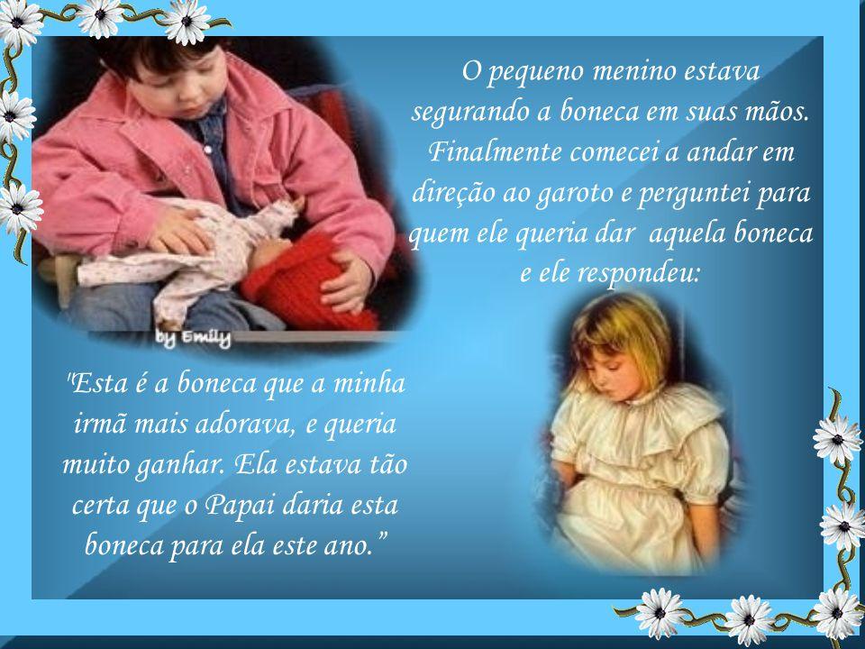 O pequeno menino estava segurando a boneca em suas mãos