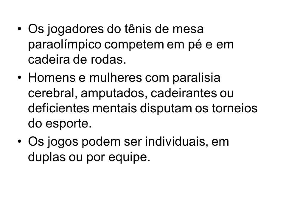 Os jogadores do tênis de mesa paraolímpico competem em pé e em cadeira de rodas.