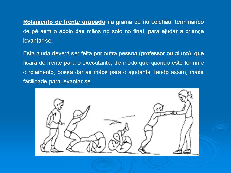 Rolamento de frente grupado na grama ou no colchão, terminando de pé sem o apoio das mãos no solo no final, para ajudar a criança levantar-se.