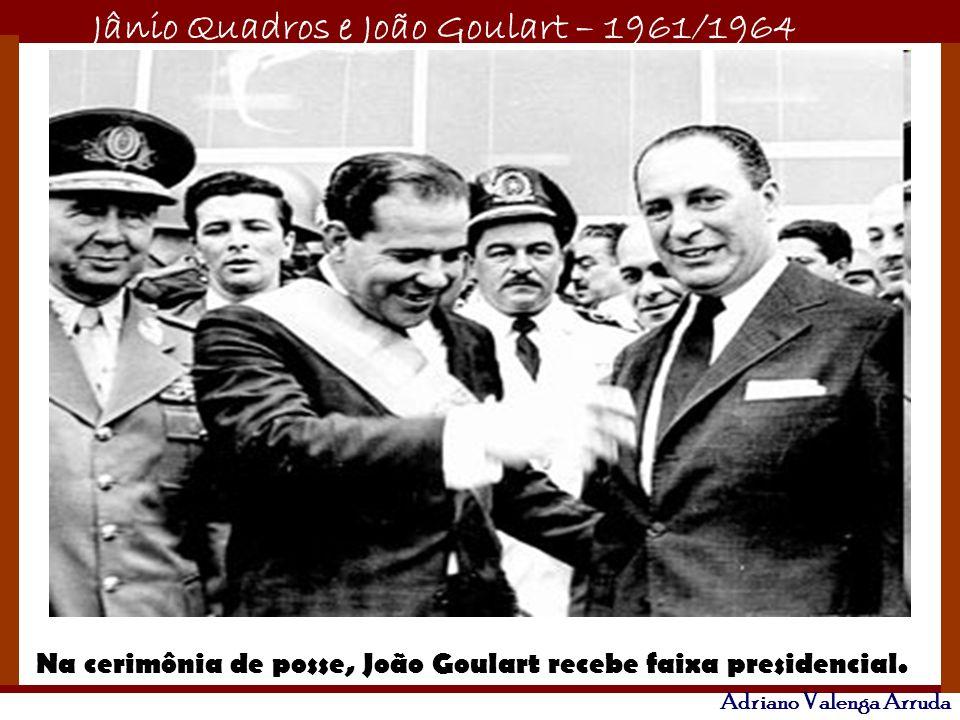 Na cerimônia de posse, João Goulart recebe faixa presidencial.