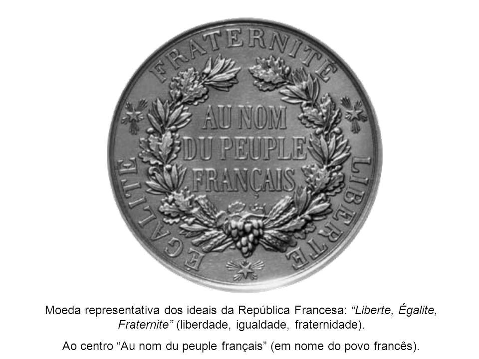 Ao centro Au nom du peuple français (em nome do povo francês).