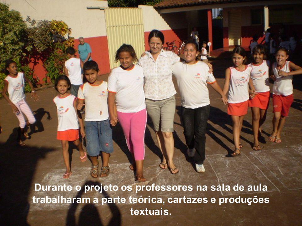 Durante o projeto os professores na sala de aula trabalharam a parte teórica, cartazes e produções textuais.