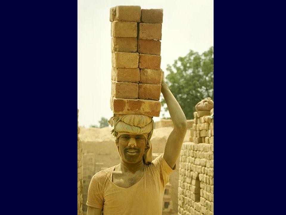 Um moderno Sísifo carregando não um mas vários blocos de pedra..