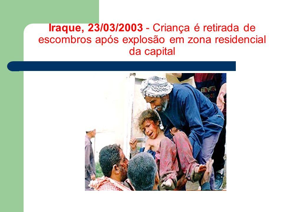 Iraque, 23/03/2003 - Criança é retirada de escombros após explosão em zona residencial da capital