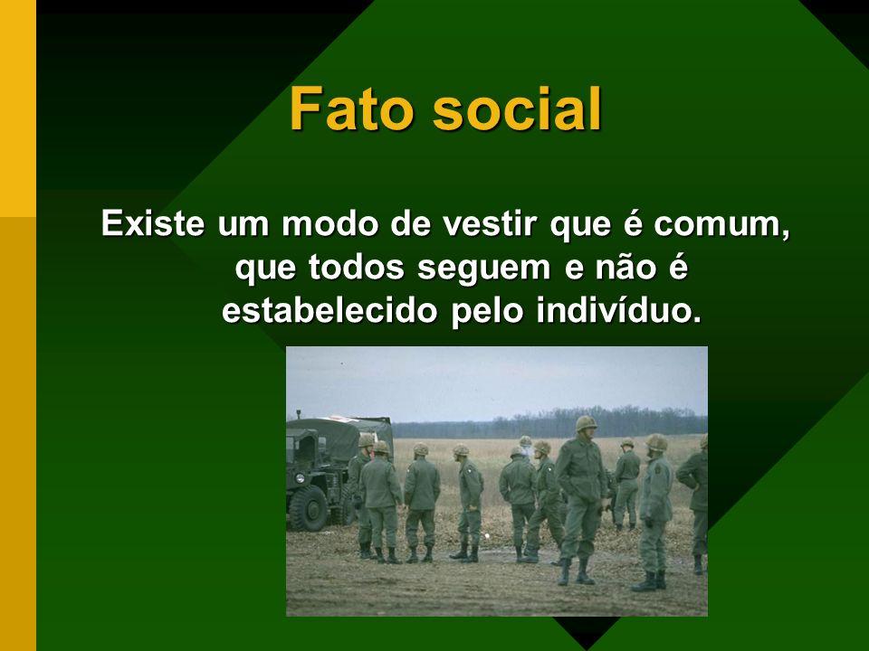 Fato socialExiste um modo de vestir que é comum, que todos seguem e não é estabelecido pelo indivíduo.