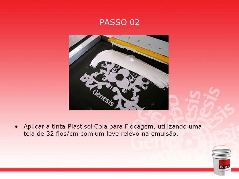 PASSO 02Aplicar a tinta Plastisol Cola para Flocagem, utilizando uma tela de 32 fios/cm com um leve relevo na emulsão.