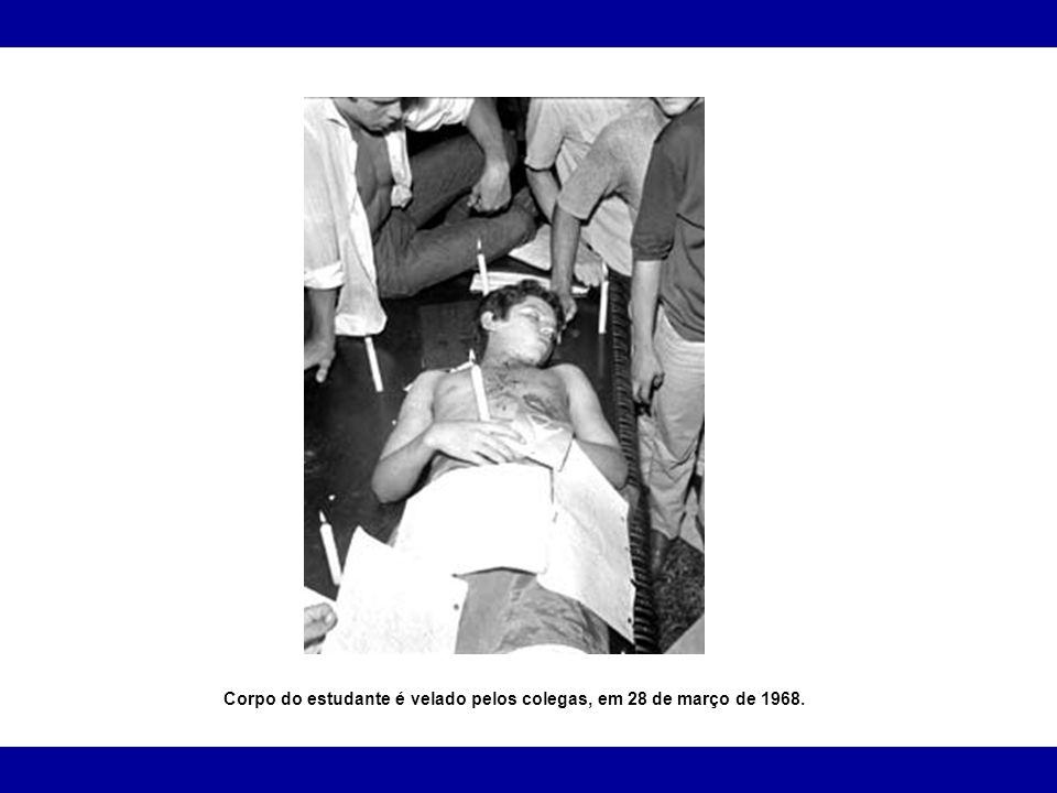 Corpo do estudante é velado pelos colegas, em 28 de março de 1968.