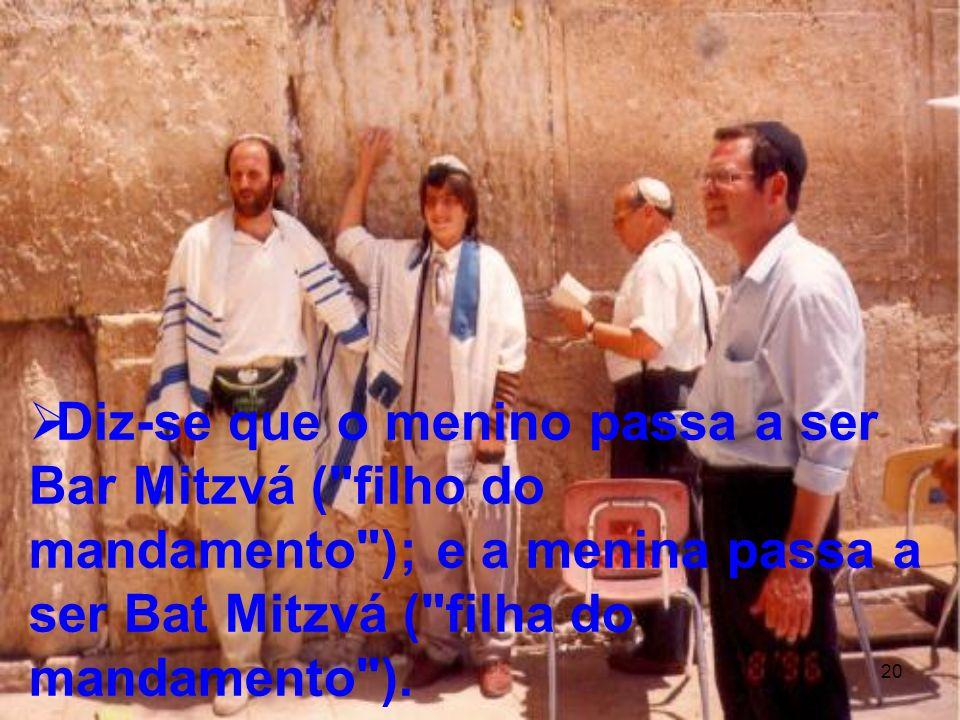 Diz-se que o menino passa a ser Bar Mitzvá ( filho do mandamento ); e a menina passa a ser Bat Mitzvá ( filha do mandamento ).