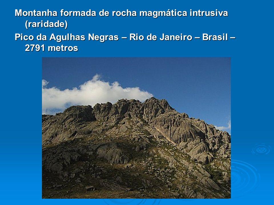 Montanha formada de rocha magmática intrusiva (raridade)
