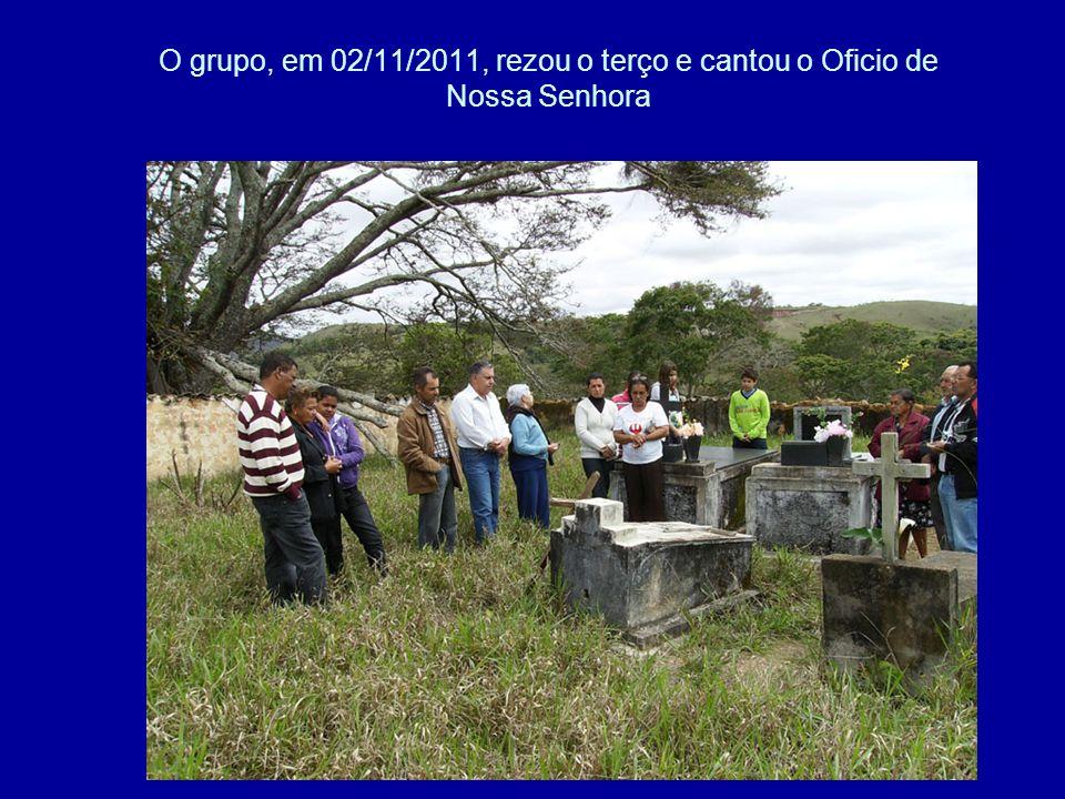 O grupo, em 02/11/2011, rezou o terço e cantou o Oficio de Nossa Senhora