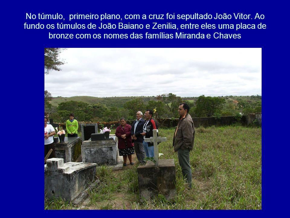No túmulo, primeiro plano, com a cruz foi sepultado João Vitor