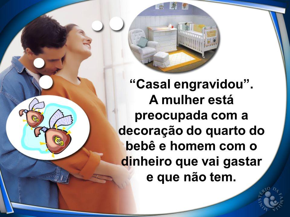 Casal engravidou . A mulher está preocupada com a decoração do quarto do bebê e homem com o dinheiro que vai gastar.