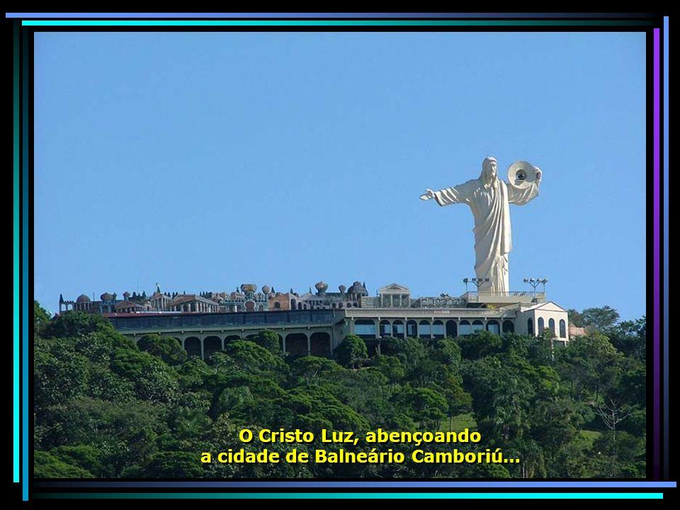 O Cristo Luz, abençoando a cidade de Balneário Camboriú…