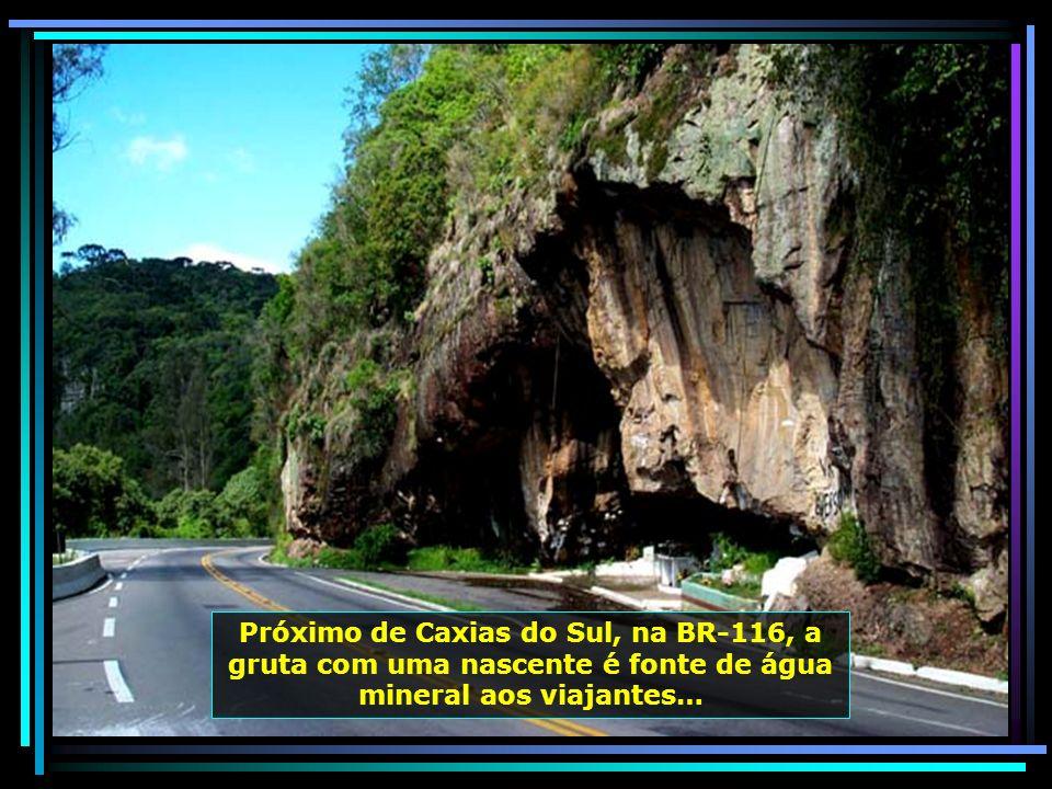 Próximo de Caxias do Sul, na BR-116, a gruta com uma nascente é fonte de água mineral aos viajantes…