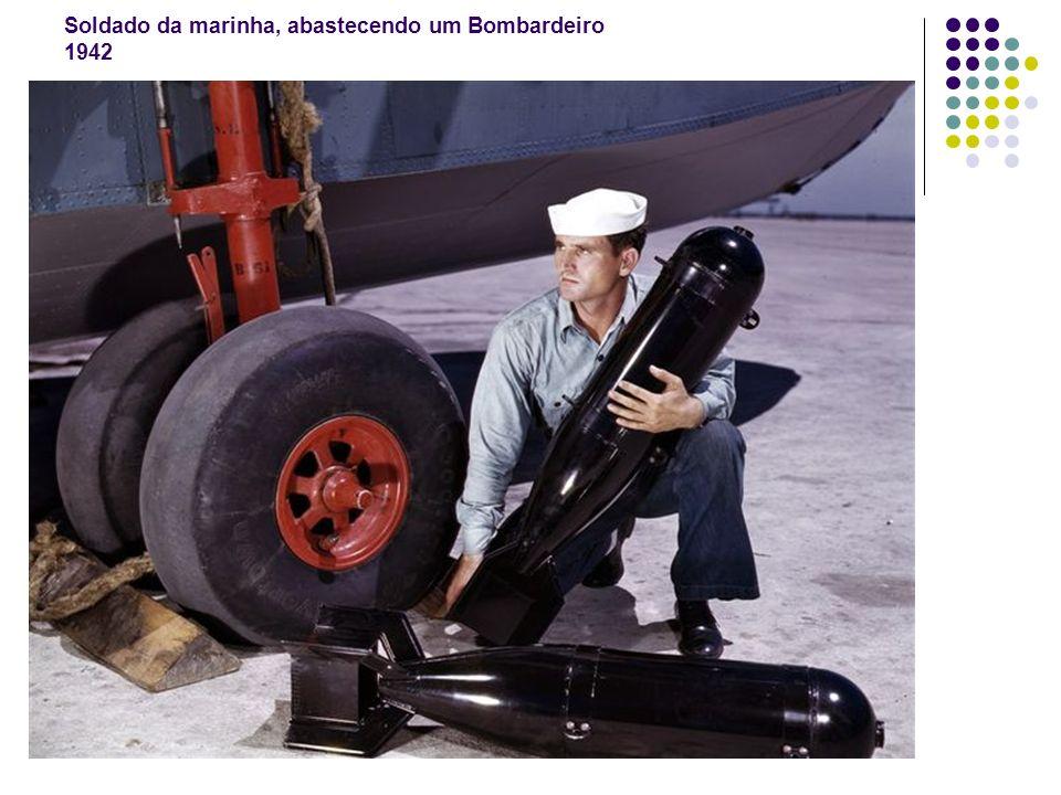 Soldado da marinha, abastecendo um Bombardeiro 1942