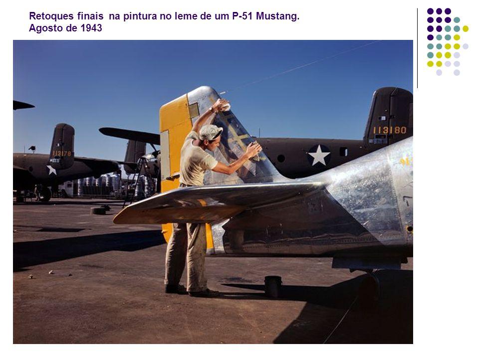 Retoques finais na pintura no leme de um P-51 Mustang. Agosto de 1943