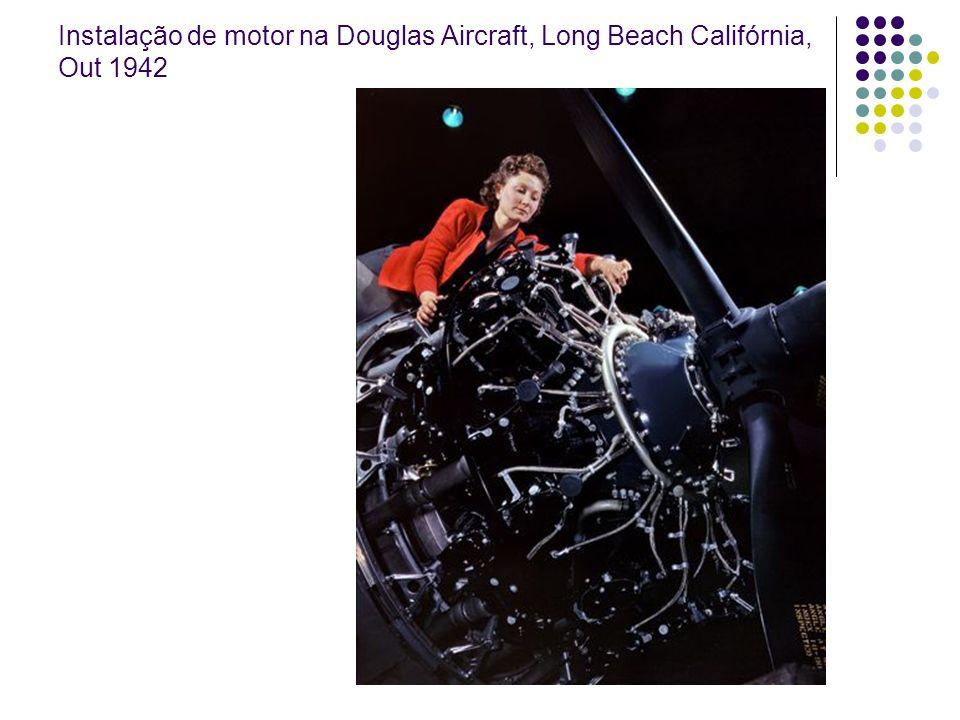 Instalação de motor na Douglas Aircraft, Long Beach Califórnia, Out 1942