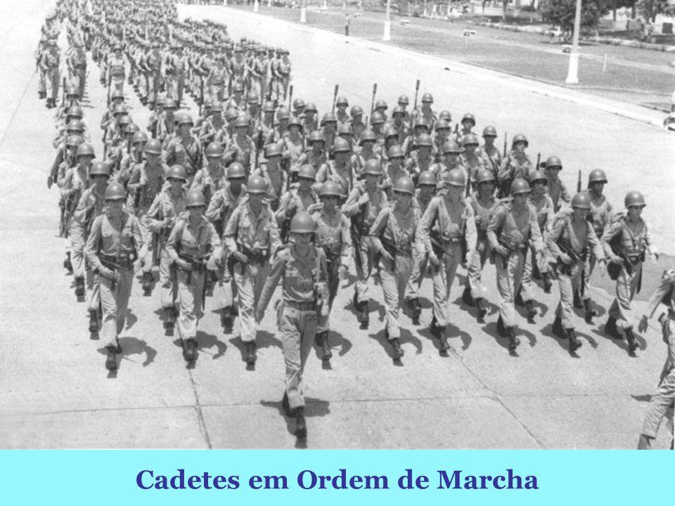 Cadetes em Ordem de Marcha