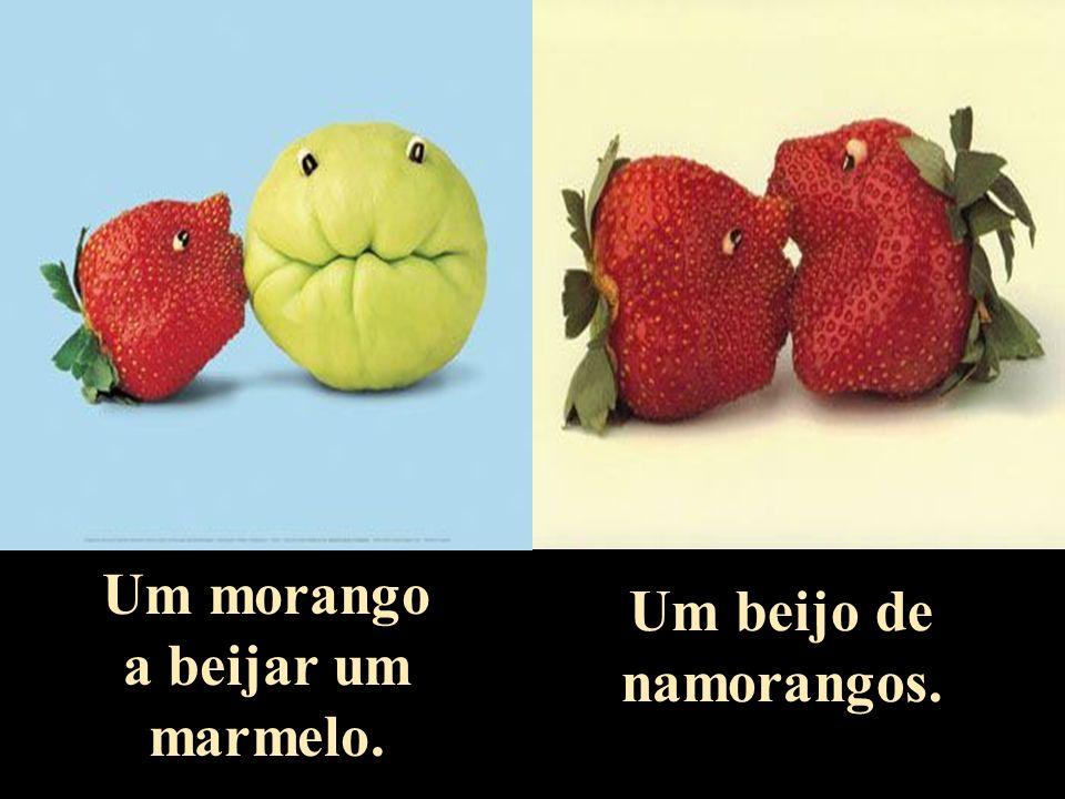 Um morango a beijar um marmelo. Um beijo de namorangos.