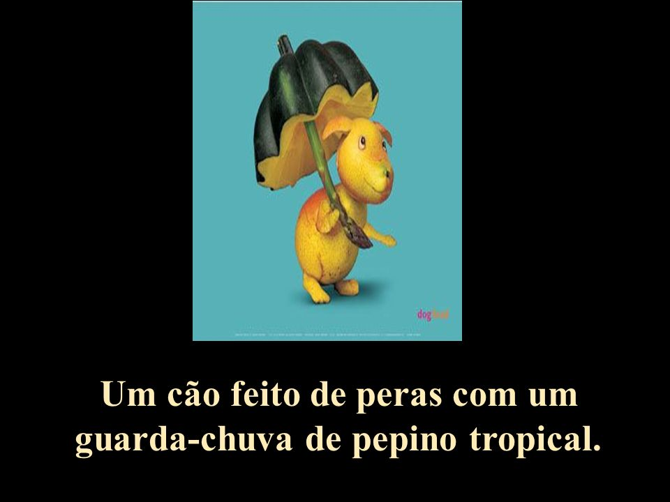 Um cão feito de peras com um guarda-chuva de pepino tropical.