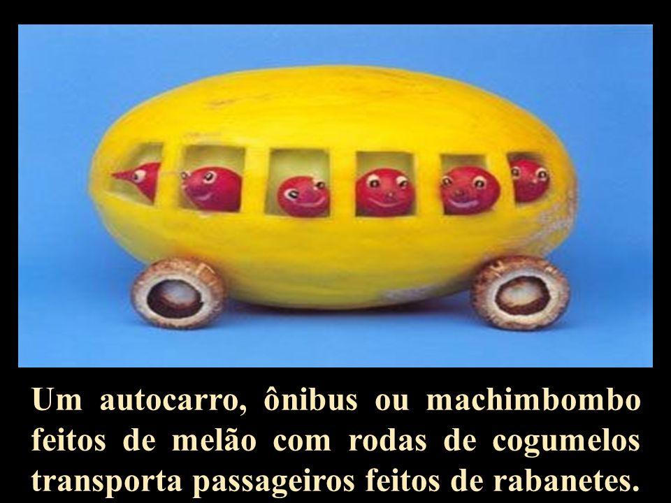 Um autocarro, ônibus ou machimbombo feitos de melão com rodas de cogumelos transporta passageiros feitos de rabanetes.