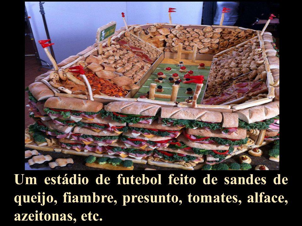 Um estádio de futebol feito de sandes de queijo, fiambre, presunto, tomates, alface, azeitonas, etc.