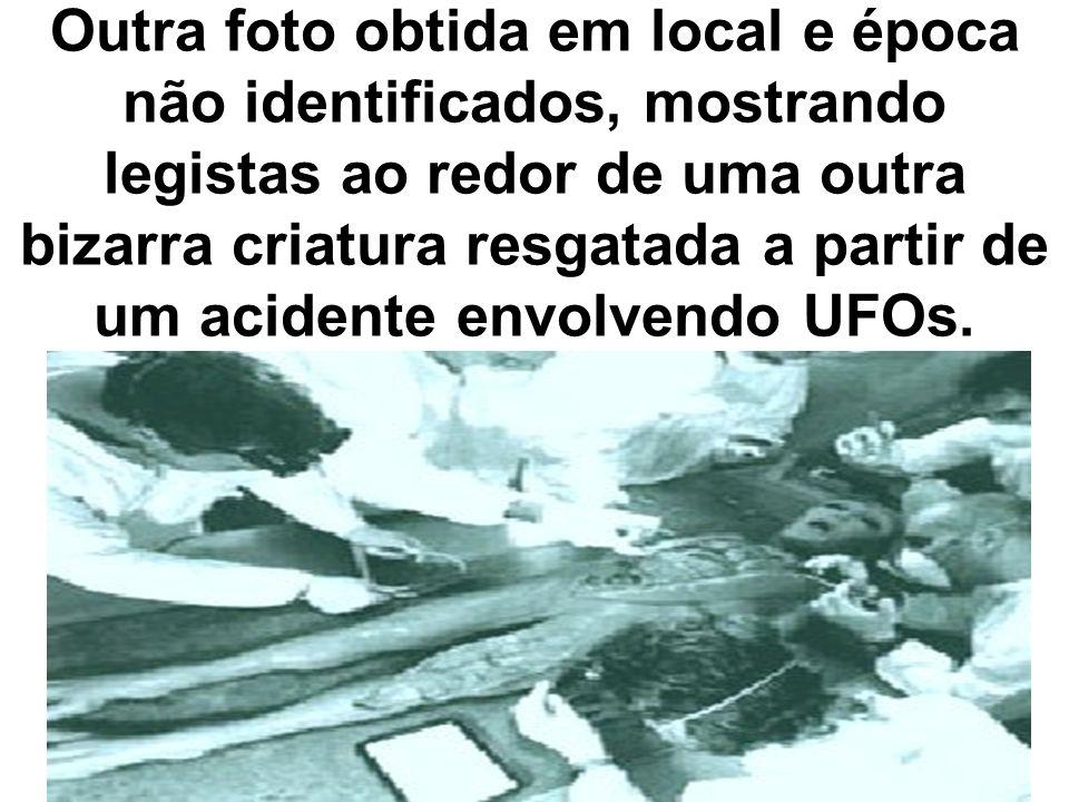 Outra foto obtida em local e época não identificados, mostrando legistas ao redor de uma outra bizarra criatura resgatada a partir de um acidente envolvendo UFOs.