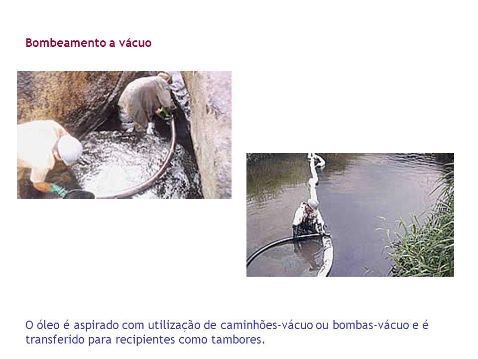 Bombeamento a vácuo O óleo é aspirado com utilização de caminhões-vácuo ou bombas-vácuo e é transferido para recipientes como tambores.