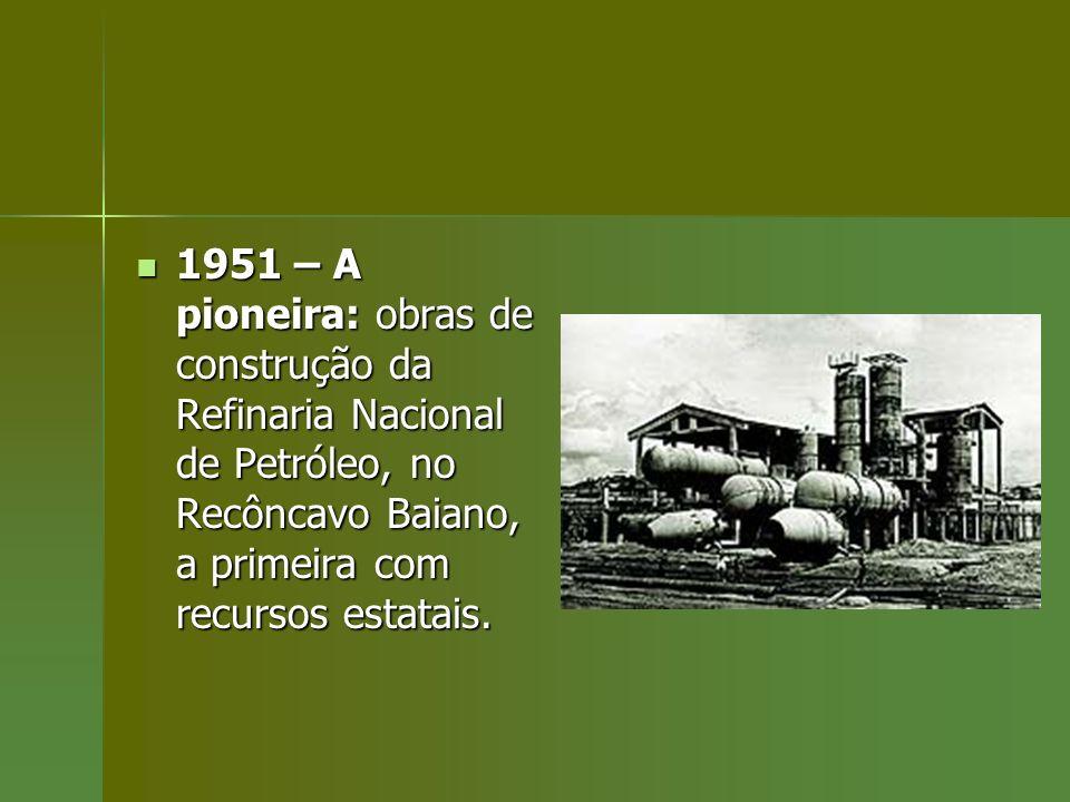 1951 – A pioneira: obras de construção da Refinaria Nacional de Petróleo, no Recôncavo Baiano, a primeira com recursos estatais.
