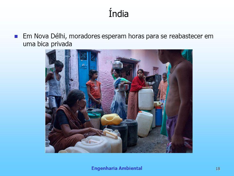 Índia Em Nova Délhi, moradores esperam horas para se reabastecer em uma bica privada.