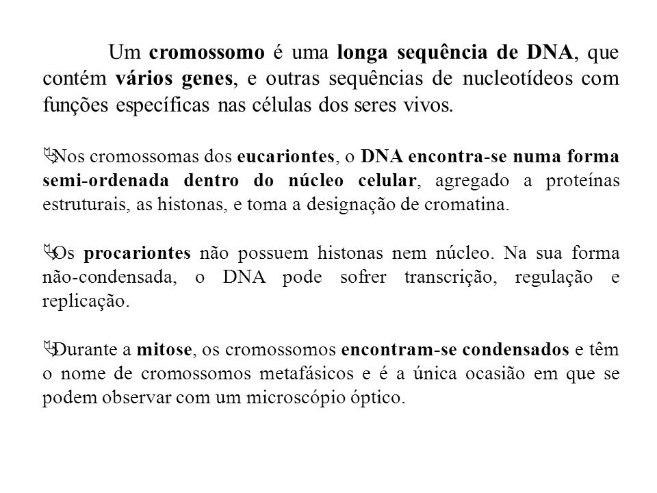 Um cromossomo é uma longa sequência de DNA, que contém vários genes, e outras sequências de nucleotídeos com funções específicas nas células dos seres vivos.
