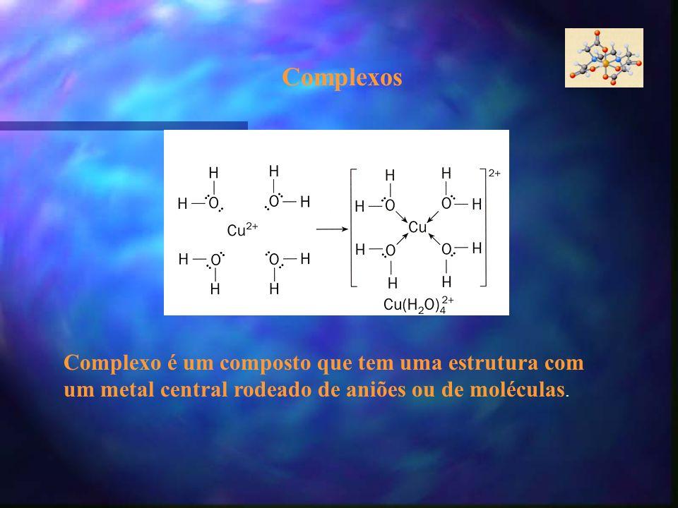 Complexos Complexo é um composto que tem uma estrutura com um metal central rodeado de aniões ou de moléculas.