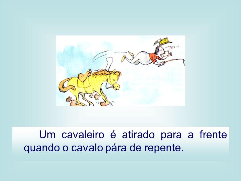Um cavaleiro é atirado para a frente quando o cavalo pára de repente.
