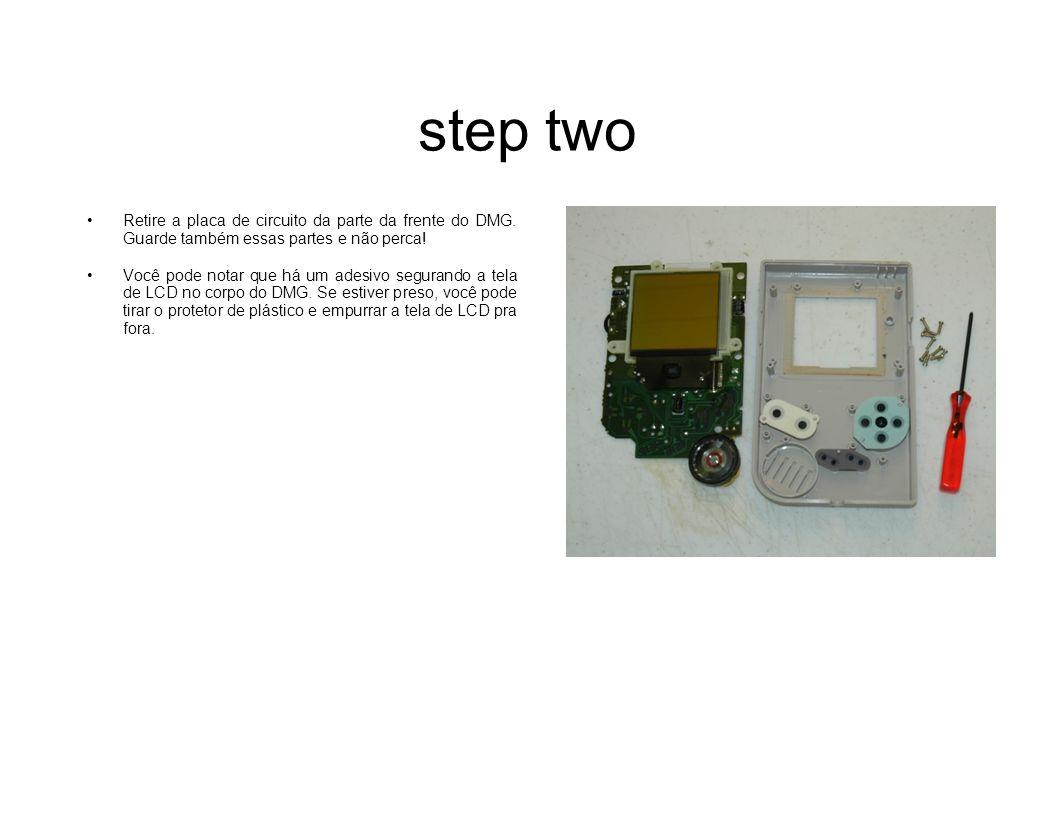 step two Retire a placa de circuito da parte da frente do DMG. Guarde também essas partes e não perca!