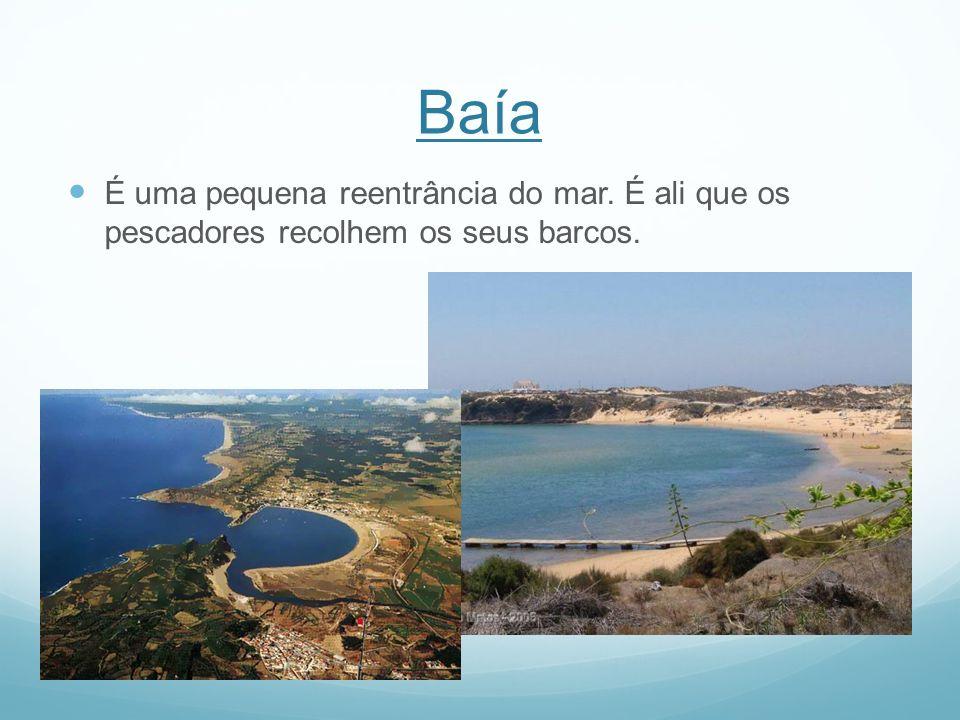 Baía É uma pequena reentrância do mar. É ali que os pescadores recolhem os seus barcos.