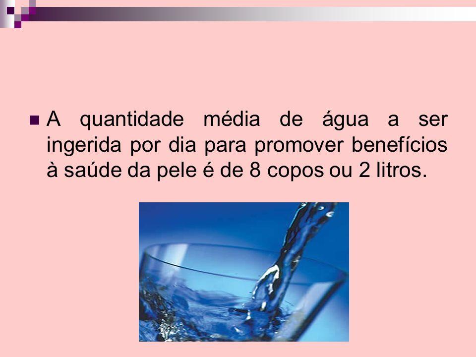 A quantidade média de água a ser ingerida por dia para promover benefícios à saúde da pele é de 8 copos ou 2 litros.
