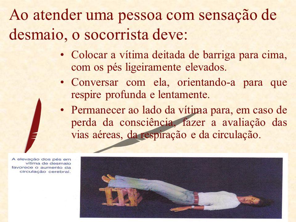 Ao atender uma pessoa com sensação de desmaio, o socorrista deve: