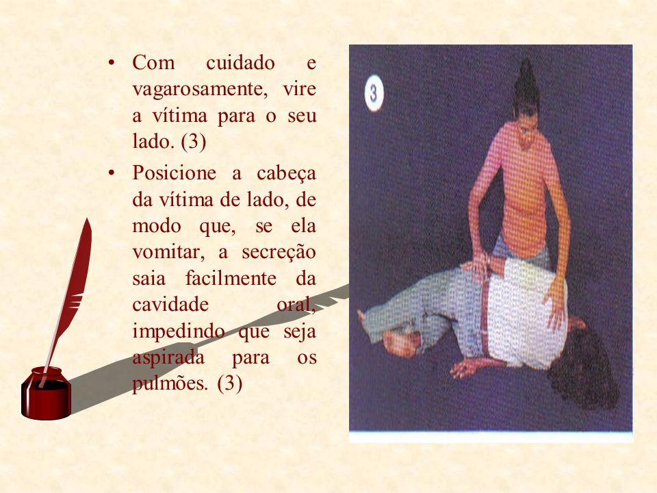 Com cuidado e vagarosamente, vire a vítima para o seu lado. (3)