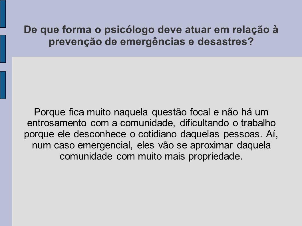 De que forma o psicólogo deve atuar em relação à prevenção de emergências e desastres