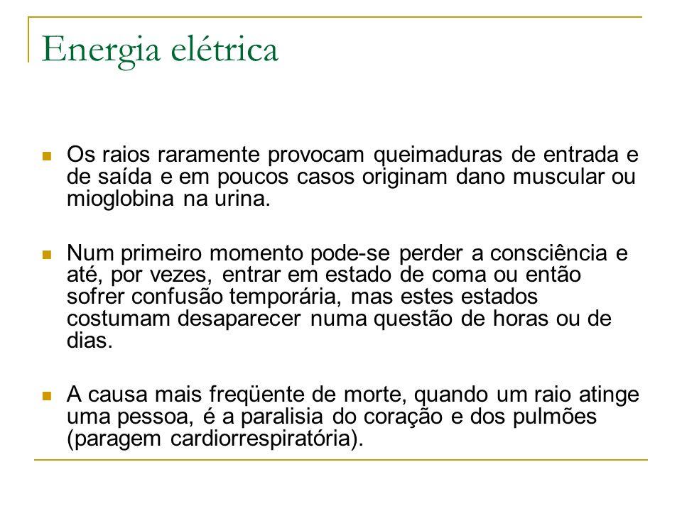 Energia elétricaOs raios raramente provocam queimaduras de entrada e de saída e em poucos casos originam dano muscular ou mioglobina na urina.